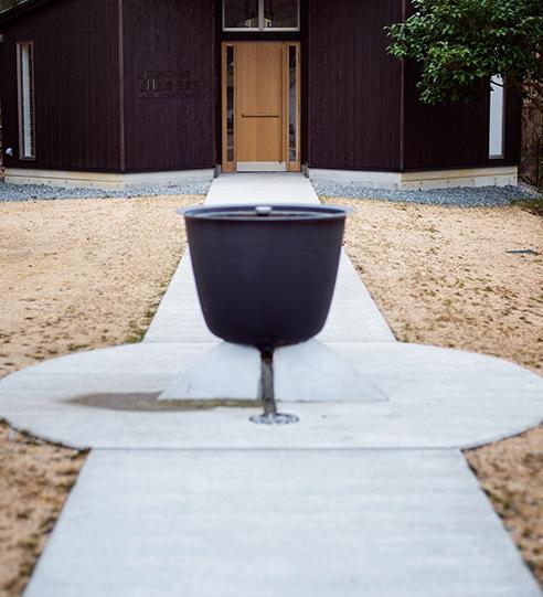 扉から伸びる道の中央に洗礼盤