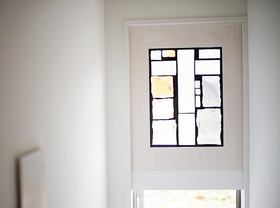 外に通じる扉は柔らかいガラスの光で