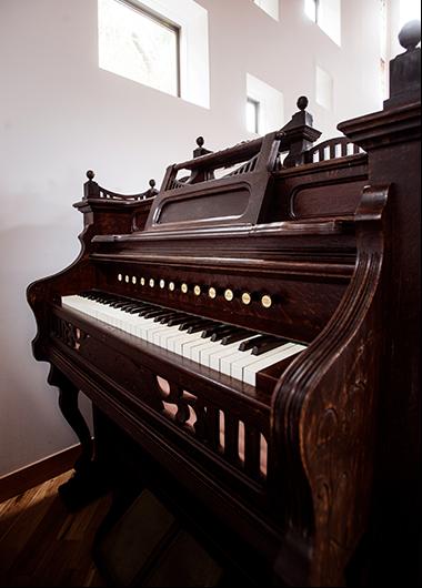片隅に佇む、アップライトピアノ