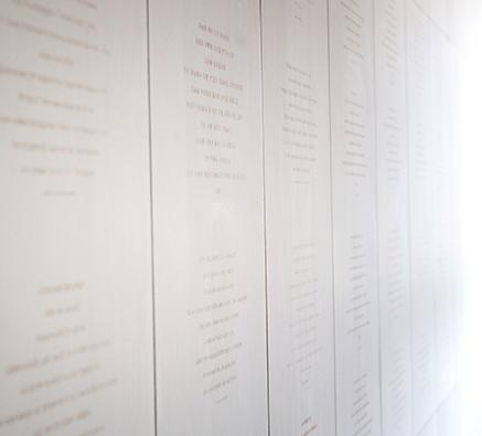 壁面に様々な言語で刻まれた「主の祈り」